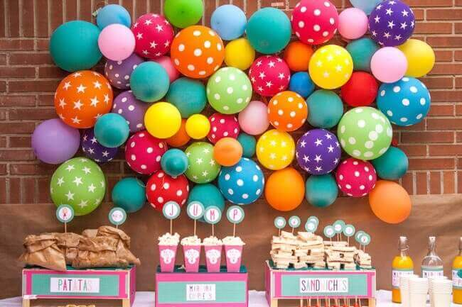 μπαλόνια σε διαφορετικά μεγέθη και χρώματα στον τοίχο