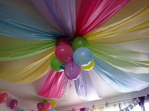 μπαλόνια και υφάσματα στο ταβάνι