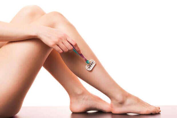 αποτρίχωση με ξυραφάκι σε γυναικεία πόδια- αποτρίχωση με λέιζερ