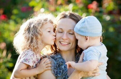 μητέρα με τα παιδιά της