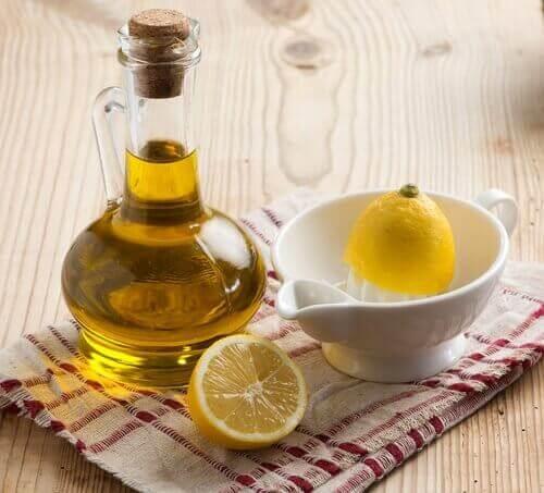 ελαιόλαδο σε μποτίλια και λεμόνι σε στύφτη, αιθέριο έλαιο λεμονιού
