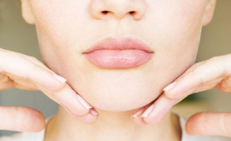 5 ασκήσεις και σπιτικές θεραπείες για να μειώσετε το διπλοσάγονο