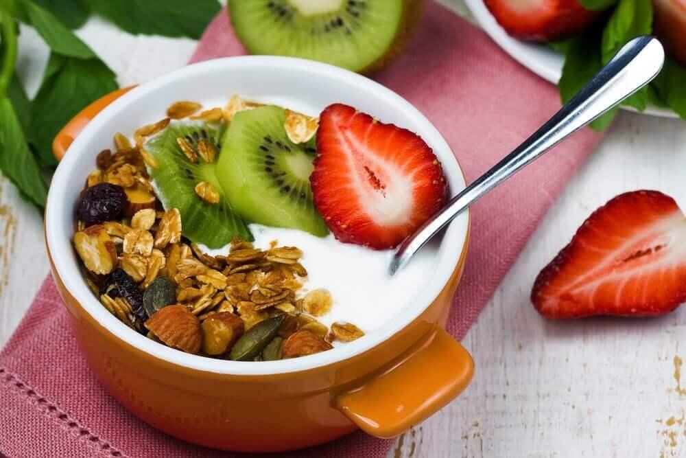 πρωινά για ασθενείς με διαβήτη - Γιαούρτι με ξηρούς καρπούς και φρούτα