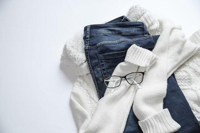 Σύνολα που θα πρέπει να έχετε στη ντουλάπα σας - Τζιν παντελόνι, πουλόβερ και γυαλιά