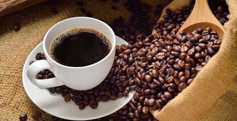 Συνταγές με καφέ - Καφές σε φλιτζάνι και κόκκοι καφέ