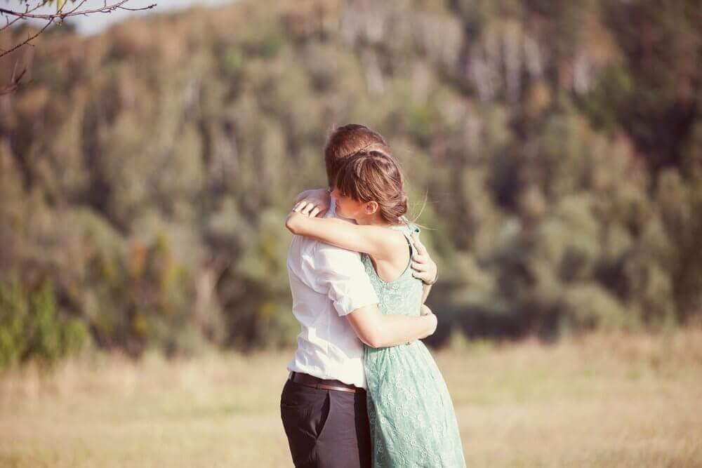 6 εκπληκτικοί λόγοι για να αγκαλιάζεστε πιο συχνά!