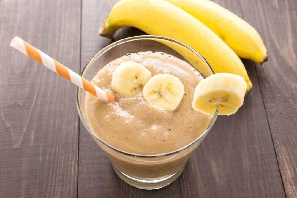 ένα ποτήρι smoothie με μπανάνες