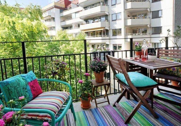 Μικροί αστικοί κήποι - Ξύλινα έπιπλα σε μπαλκόνι