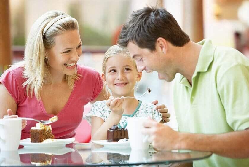 οικογένεια που τρώει γλυκά