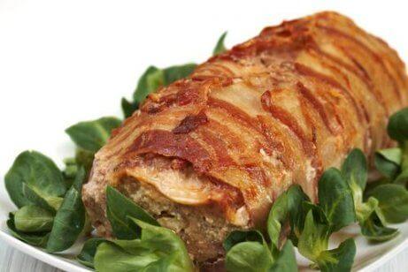 ρολό κρέατος με πράσινη σαλάτα