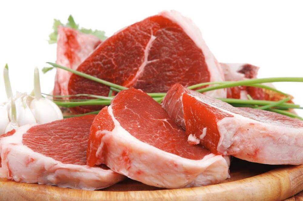 ωμό κόκκινο κρέας κομμένο σε φέτες