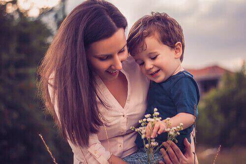 μητέρα με αγκαλιά τον γιό της- σούπερ μαμά
