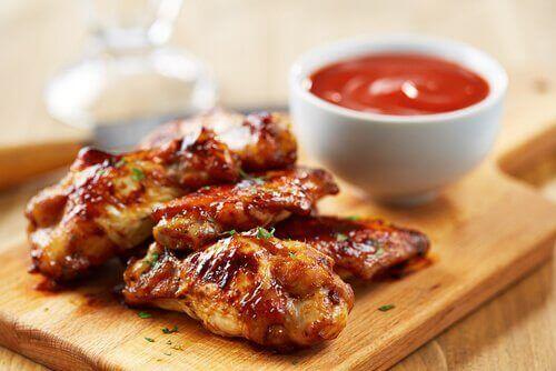 φτερούγες κοτόπουλου με σάλτσα