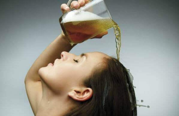 Γυναίκα ρίχνει μπύρα στα μαλλιά της