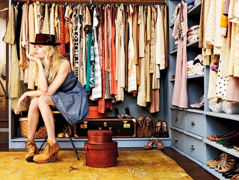 Γυναίκα κάθεται μέσα στη ντουλάπα της