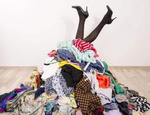 Δεν έχετε ντουλάπα; 7 ιδέες για να τακτοποιήσετε τα ρούχα σας