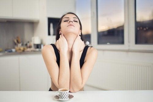 Γυναίκα που κάνει ασκήσεις για τον πόνο στον αυχένα.