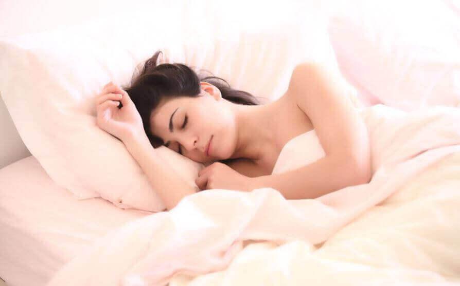 Γυναίκα κοιμάται σε κρεβάτι