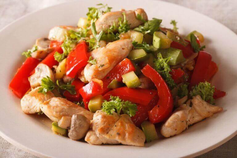 Κοτόπουλο και λαχανικά - Κοτόπουλο με πιπεριές και αβοκάντο