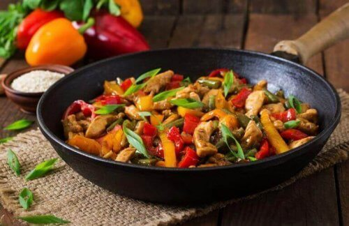 Φτιάξτε ένα γευστικό πιάτο με κοτόπουλο και λαχανικά