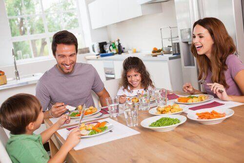 Οικογένεια τρώει υγιεινό φαγητό