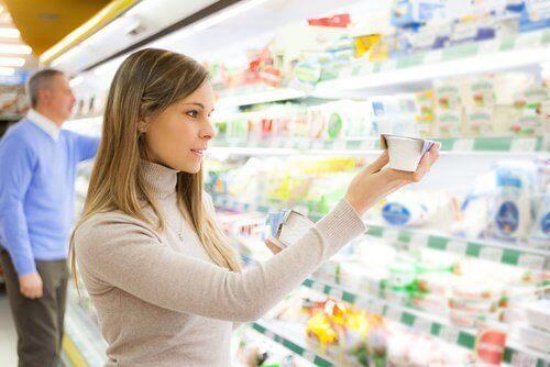 Γυναίκα ελέγχει τον πίνακα διατροφικής αξίας