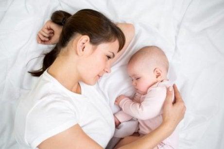 Γυναίκα με μωρό- Μάθετε στο παιδί σας να κοιμάται όλη τη νύχτα.