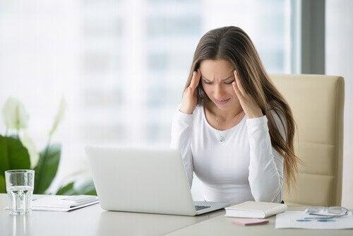 Γυναίκα με πονοκέφαλο ασκήσεις για τον πόνο στον αυχένα.