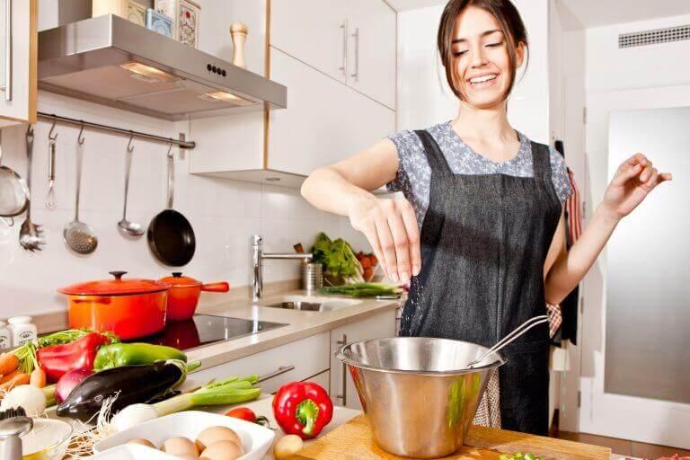 Γυναίκα που μαγειρεύει λαχανικά