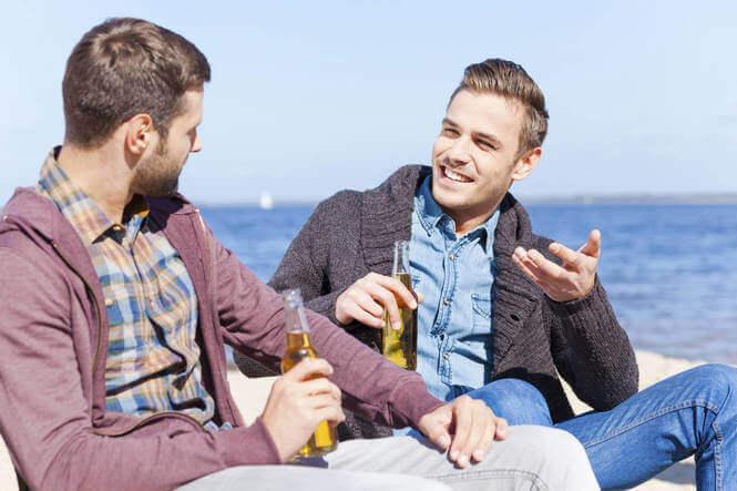 Δύο άνδρες συζητούν με θέα τη θάλασσα