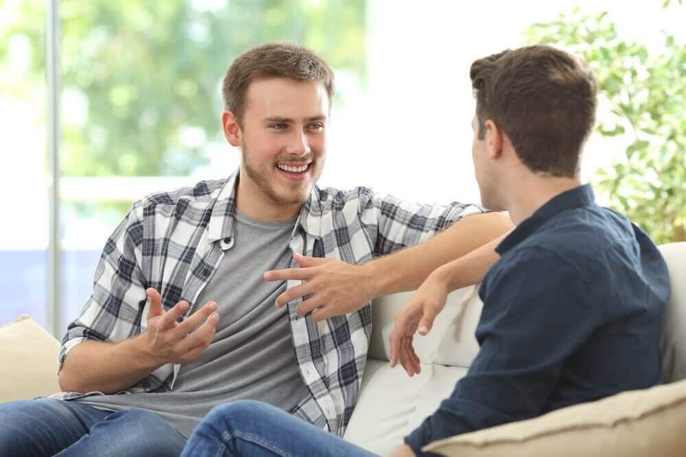 Δύο άνδρες συζητούν στο σπίτι