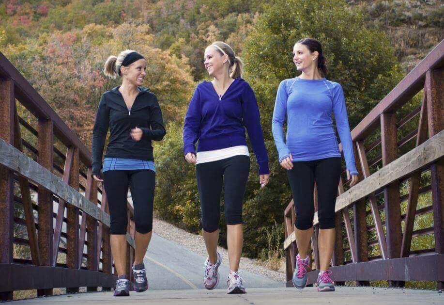 Γυναίκες κάνουν περίπατο στο πάρκο