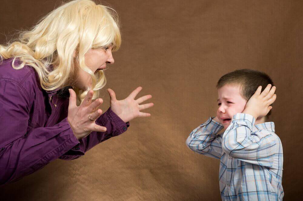 μητέρα που φωνάζει και παιδί που κλαίει