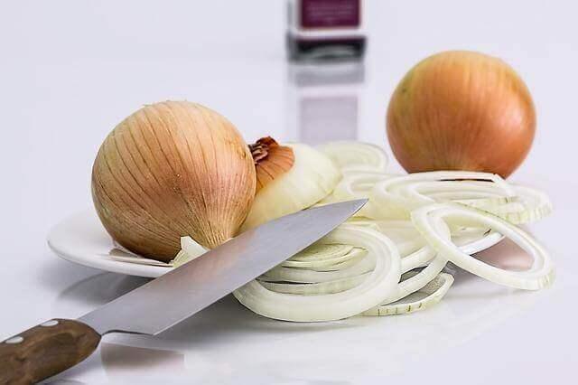 κρεμμύδια κομμένα σε φέτες- θεραπείες για την κνίδωση