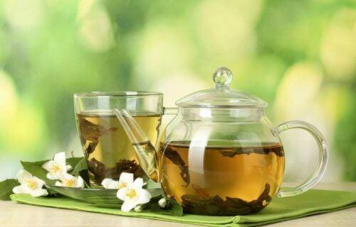 τσάι σε γυάλινη κανάτα