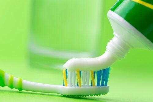 Πώς να καθαρίσετε το σίδερό σας - Οδοντόπαστα