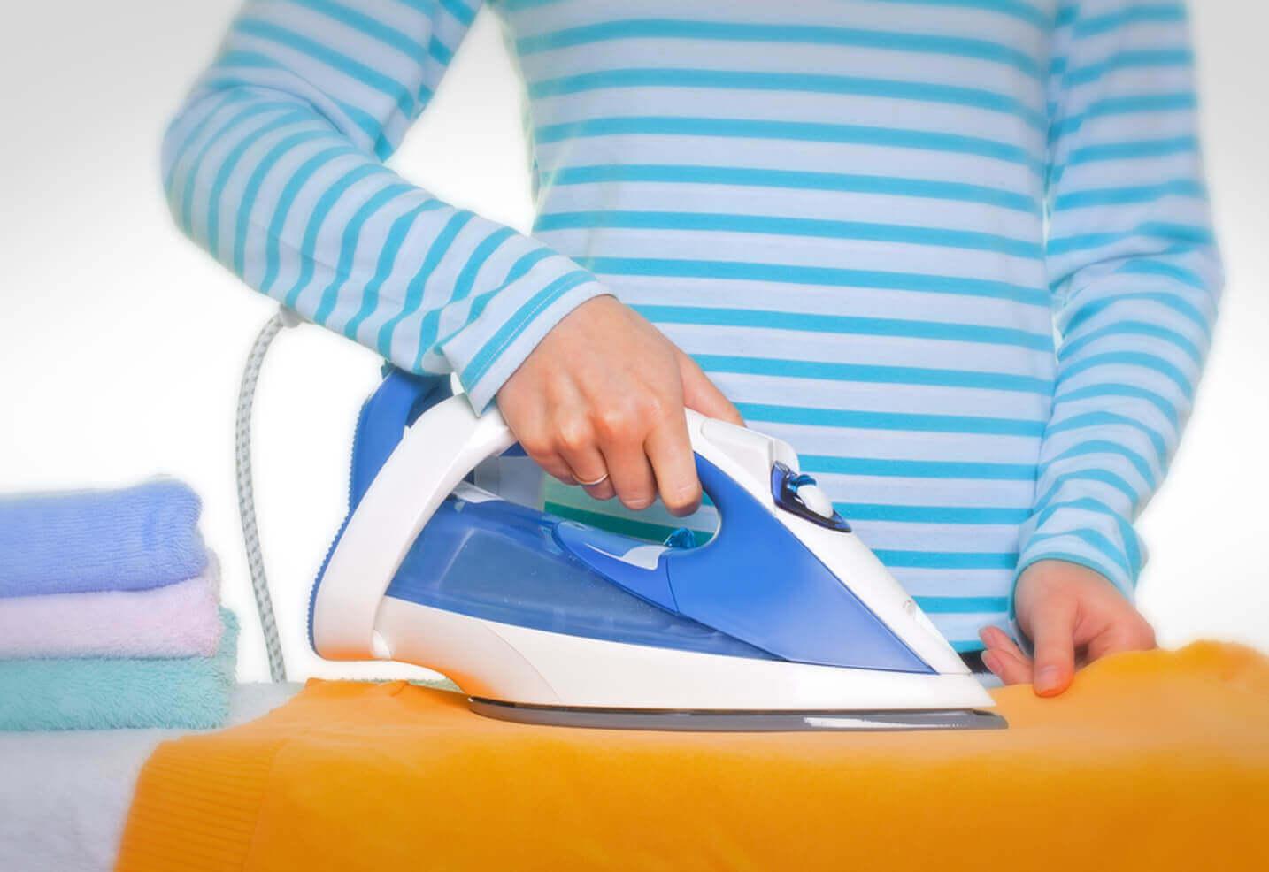 Πώς να καθαρίσετε το σίδερό σας όταν αρχίσει να κολλάει