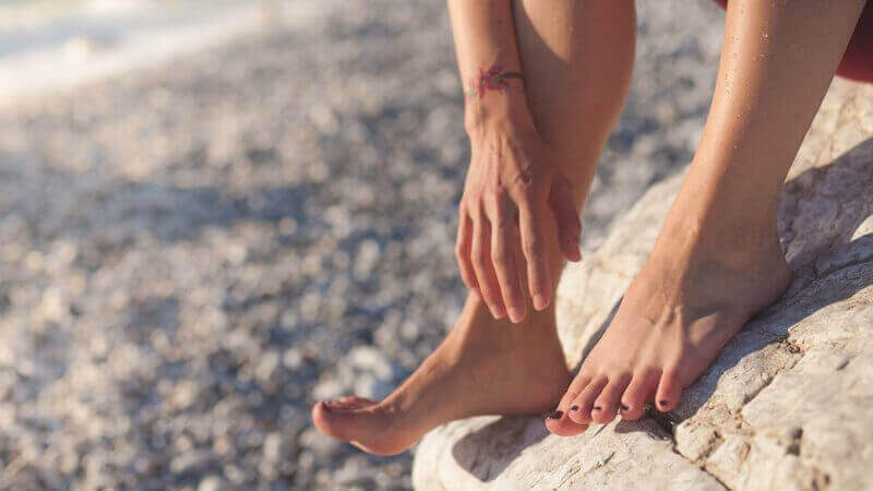 προβλήματα που προκαλούνται στα πόδια από τις σαγιονάρες