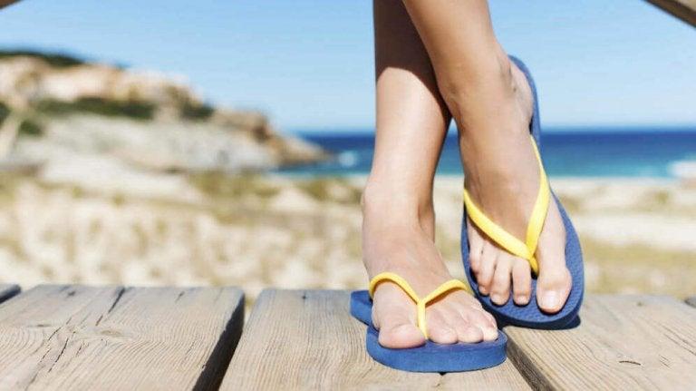 Τα πιθανά προβλήματα που προκαλούνται στα πόδια από τις σαγιονάρες