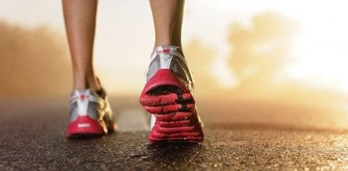 Γυναίκα φορά αθλητικά παπούτσια