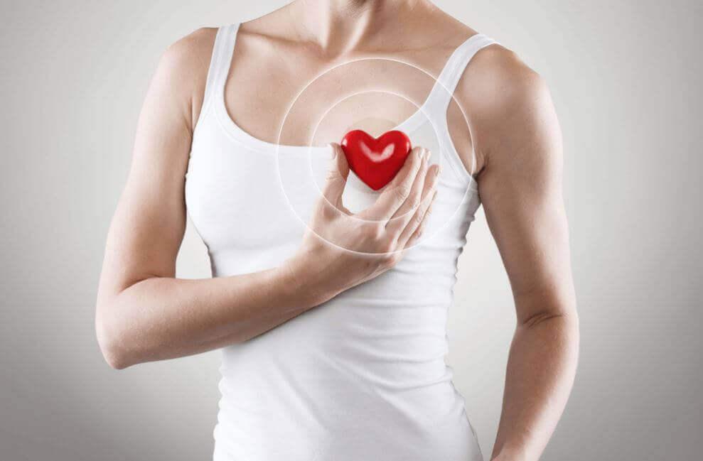 Γυναίκα κρατά ομοίωμα καρδιάς