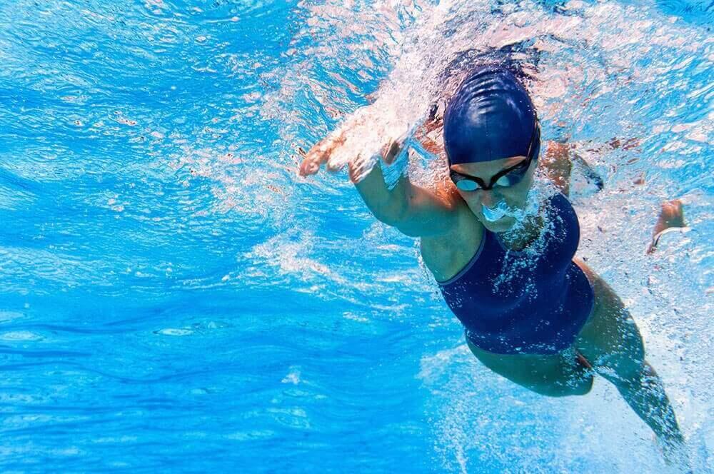 Γυναίκα κολυμπά