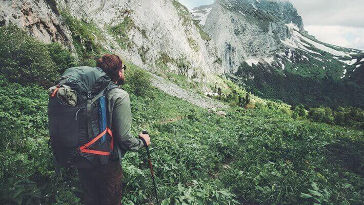 Άνδρας κάνει πεζοπορία στο βουνό