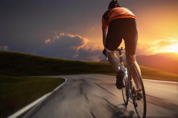 Άνδρας ποδηλατεί