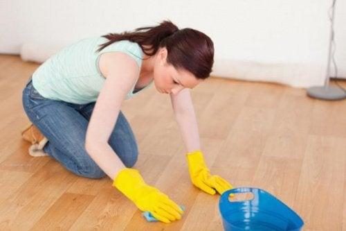 γυναίκα που καθαρίζει ξύλινο πάτωμα