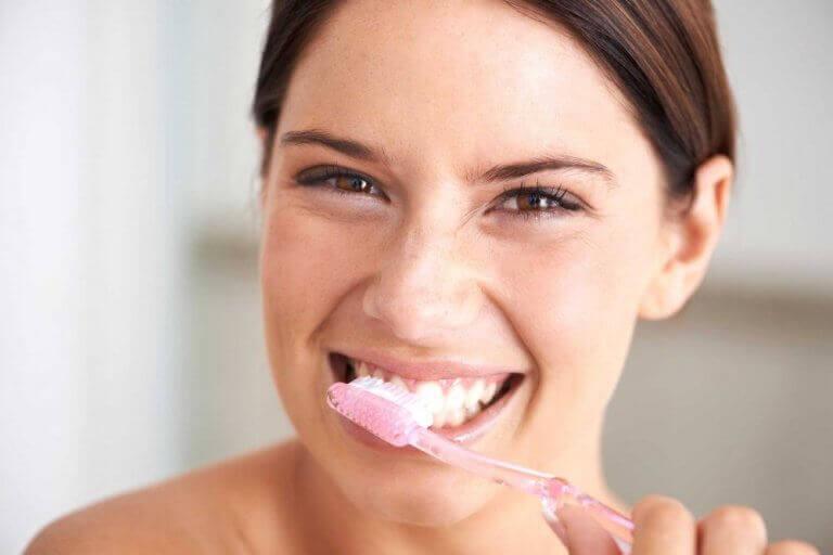 Γυναίκα που βουρτσίζει τα δόντια της