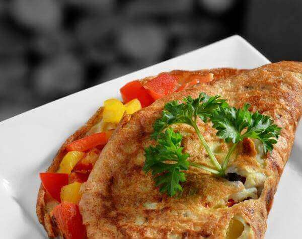σκεπαστή ομελέτα με καρότο, κόκκινη πιπεριά και γαλοπούλα