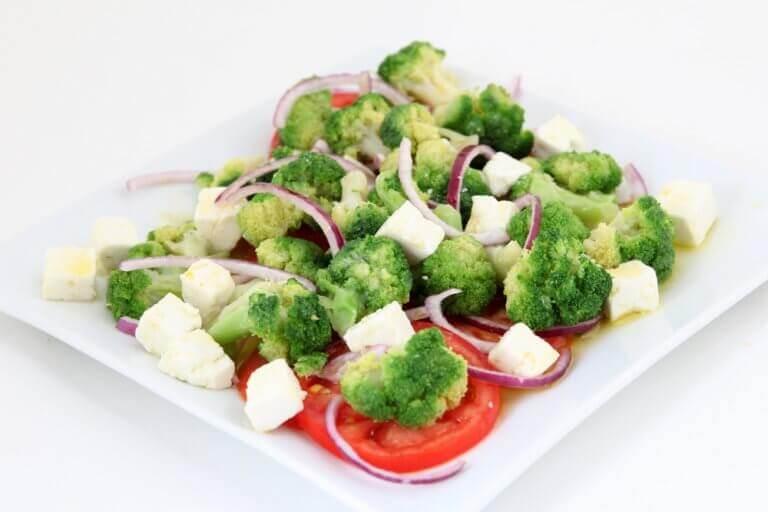 ομελέτα με λαχανικά ομελέτα με μπρόκολο, τυρί, ντομάτα και τυρί