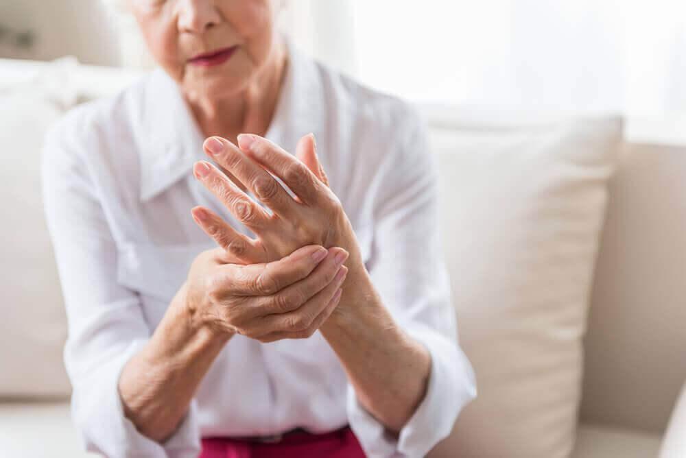 Γυναίκα με αρθρίτιδα- Τα αυτοάνοσα νοσήματα