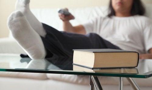 κακές συνήθειες άνδρας με τα πόδια πάνω στο τραπέζι